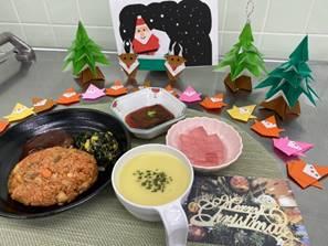 テーブルに置いている様々な料理  自動的に生成された説明