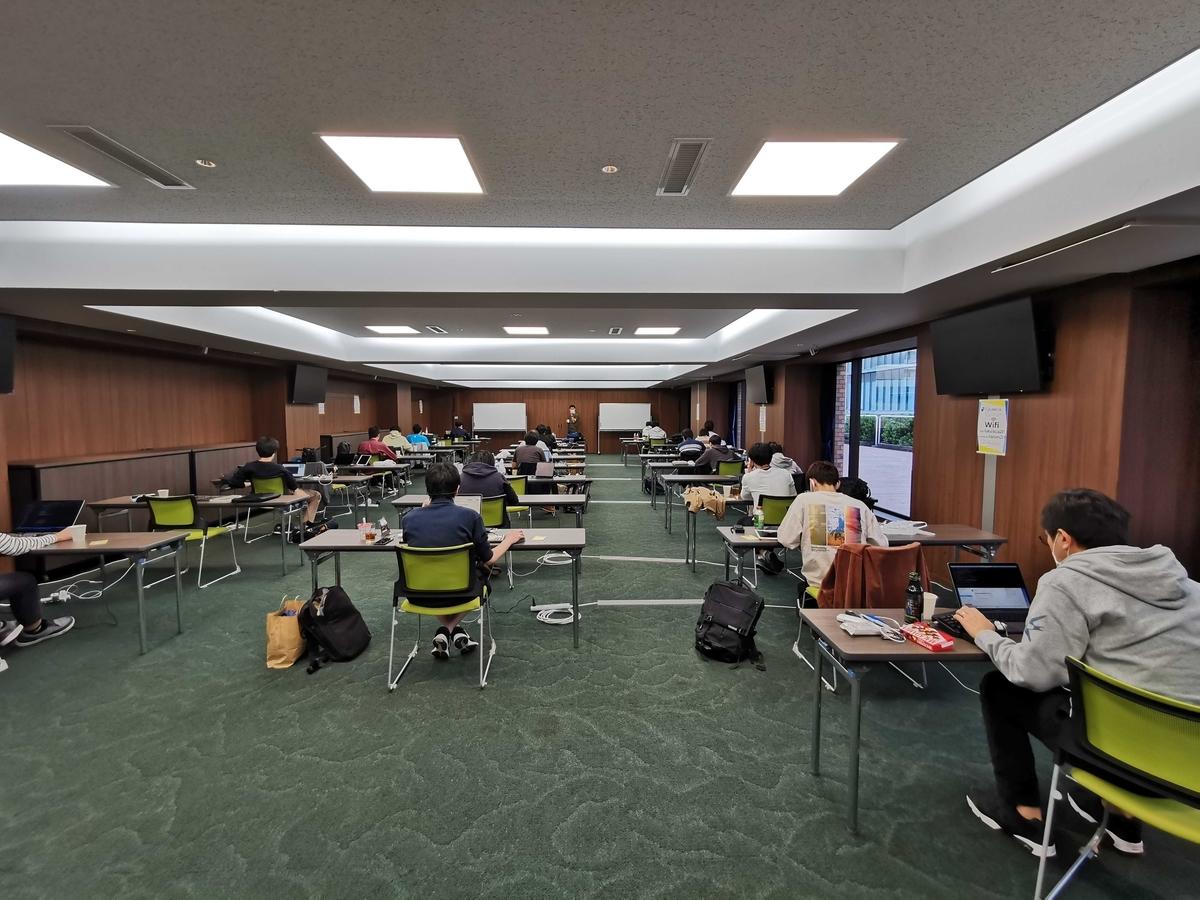 広い会議室の様子