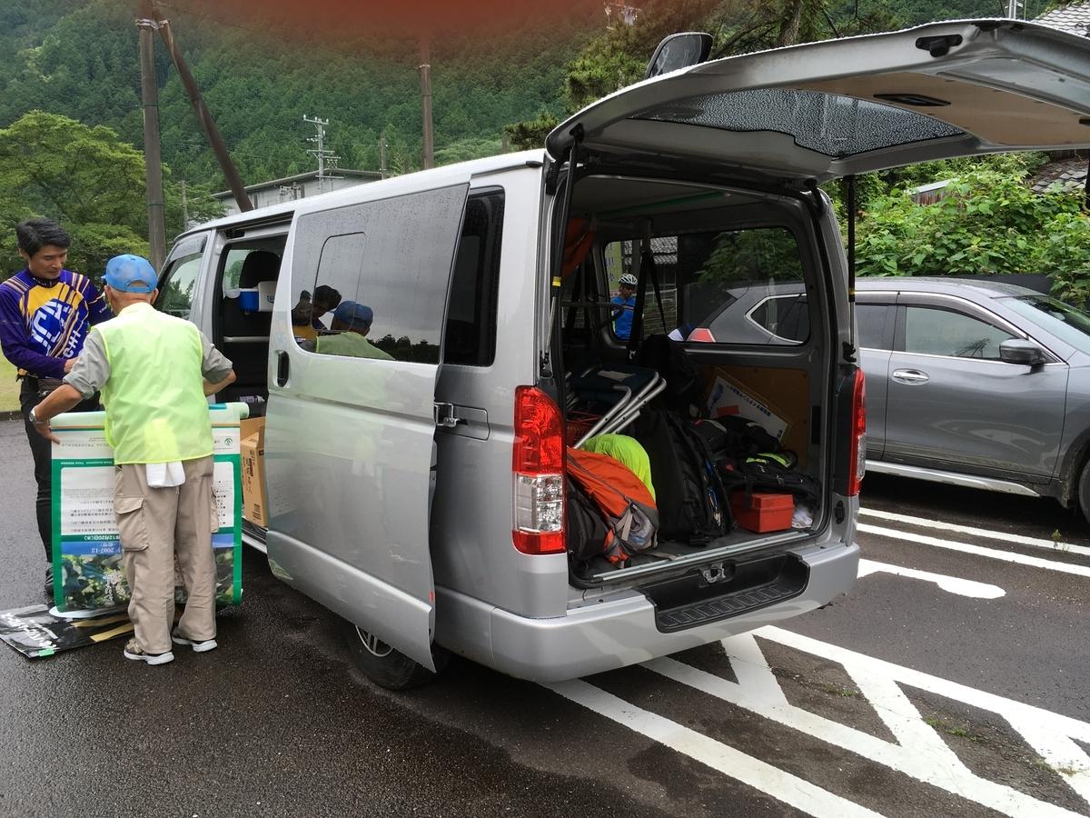 頂上で受け取るウインドブレーカーなどを荷揚げ車に預けます