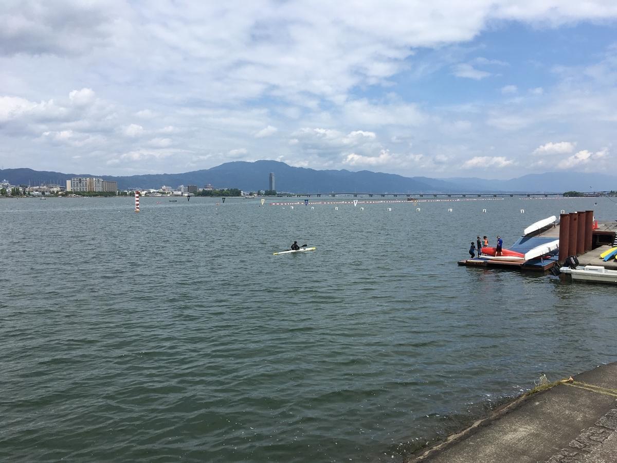 琵琶湖漕艇場を見ながら小休止