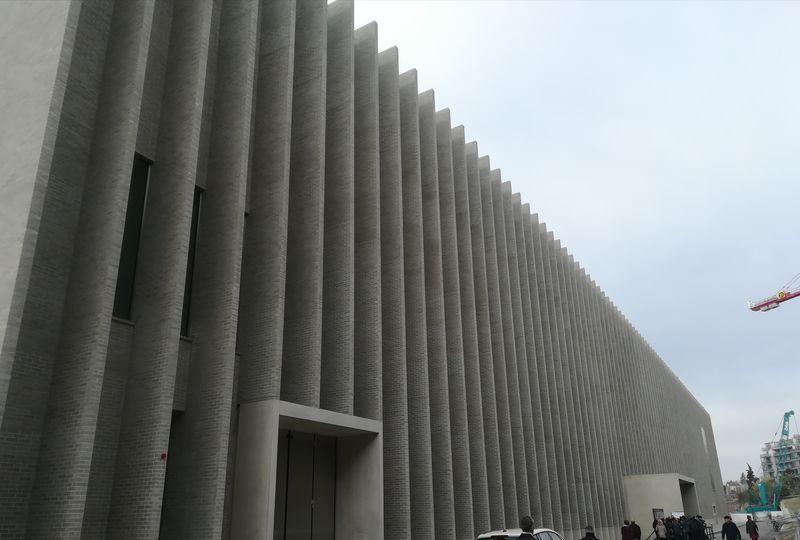 ヴォー州の新しい州立美術館である、灰色のコンクリートの長方形の建物