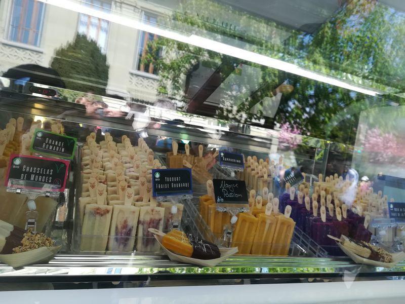ガラスケースの中に、棒のついたいろいろな種類のアイスキャンディーが並んでいる