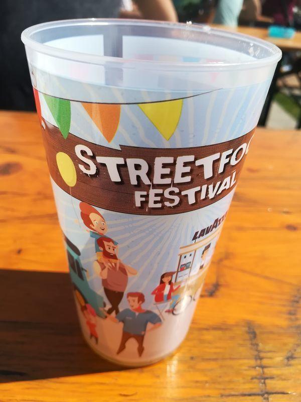 ストリートフードフェスティバルを印刷されたプラスチックのカップ