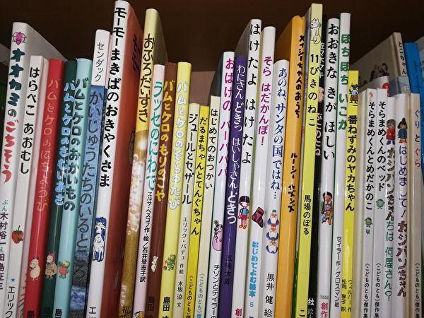 本棚に30冊ぐらいの絵本が並んでいる。