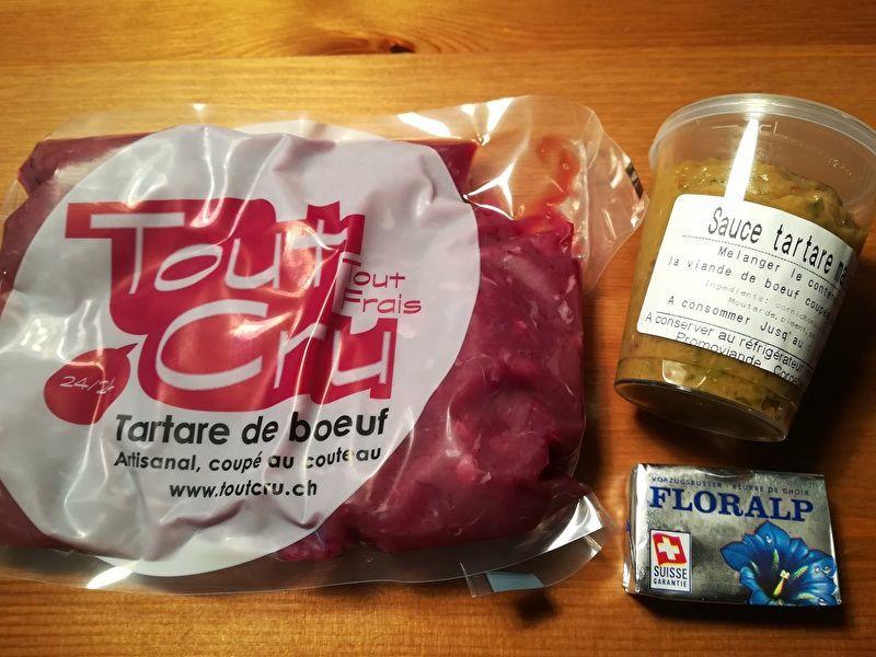 タルタルステーキセットの中身は、袋にパックされた肉と別の容器に入ったソースと小さなバター。