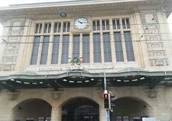 ローザンヌ駅正面。オリンピックシティという文字が見える。歴史ある建物。