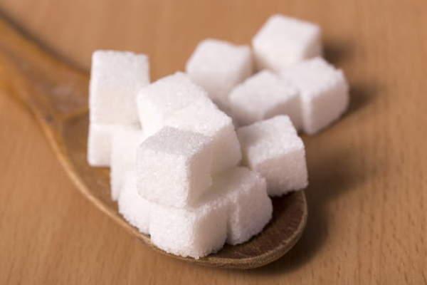 スプーンの上に角砂糖がたくさんのっている