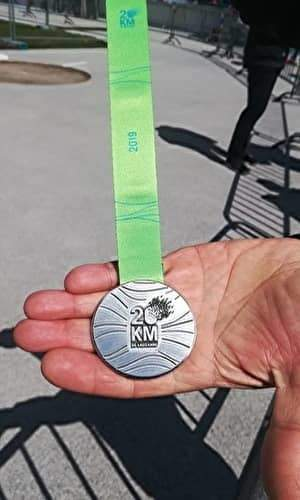 シルバーのメダルに緑のリボンがついている。