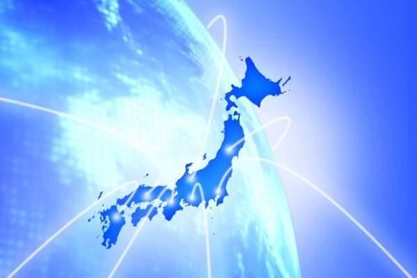 水色の地球を背景に濃い青色の日本列島の形が浮かびあがっている。