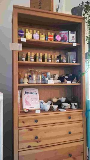 木製のたなにたくさんの種類のお茶や茶器が並んでいる。