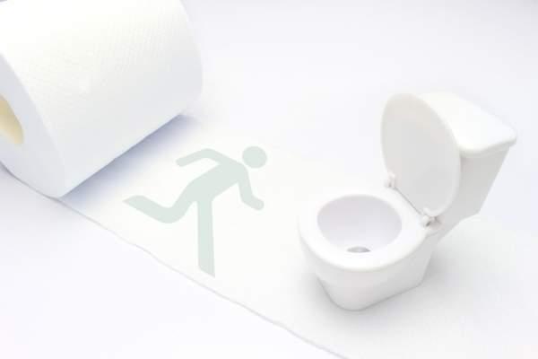 白い画面の左手にトイレットペーパー、右手にミニチュアのトイレ、真ん中には、人型の影がトイレめがけて走っている。