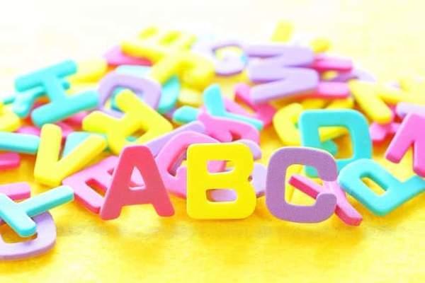 パステルカラーのカラフルなアルファベットのおもちゃ。