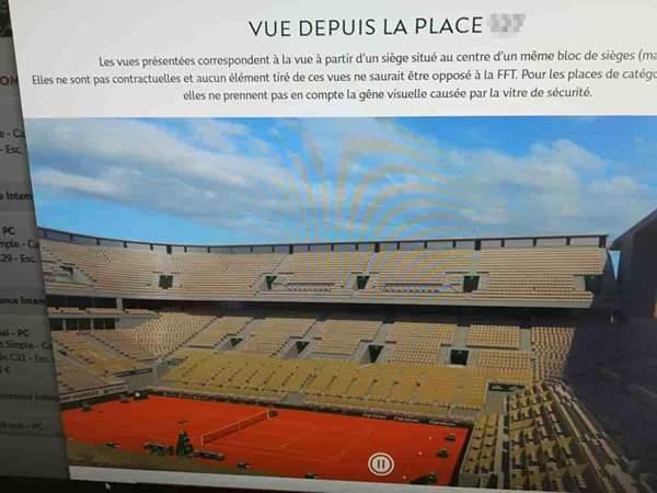 パソコン画面の写真。全仏オープンのテニスコートが写っている