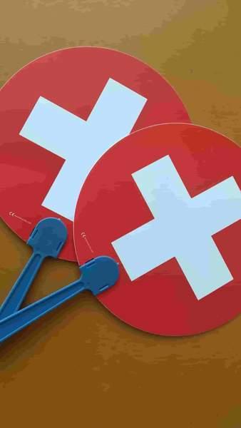 スイスの旗が印刷された丸い小さなうちわ2つ。