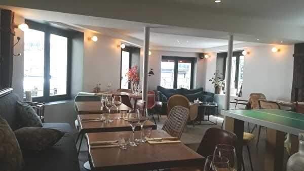レストランの2階。窓が多く明るいフロアにテーブルが並び中央には卓球台がある。