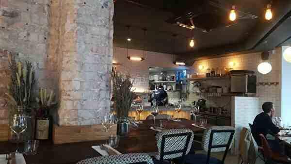 レストラン1階。石づくりの柱の奥にカウンターがある。