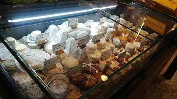 たくさんの種類のチーズが並んでいる冷蔵庫