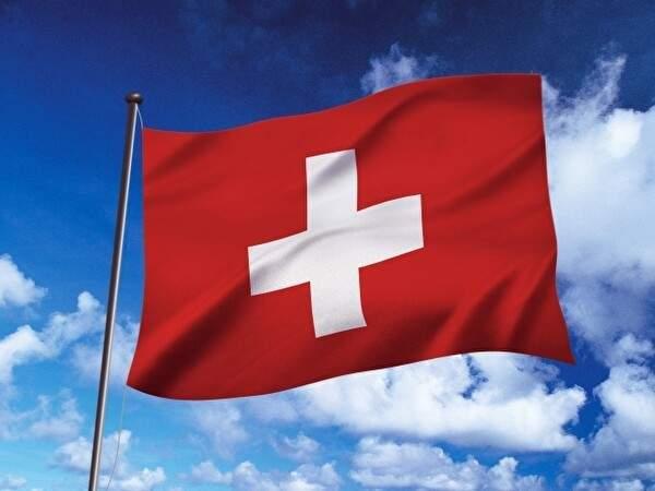 青空を背景にスイスの旗がはためいている
