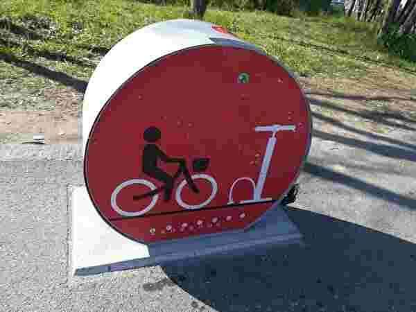 自転車の空気を入れる機械が歩道に設置されている。
