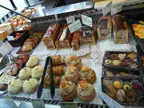 パリの肉屋の総菜コーナー。パテやテリーヌなど様々な総菜が並んでいる。