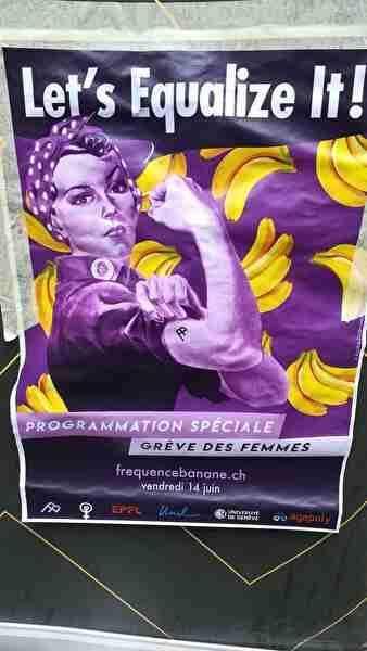 女性のストライキのポスター。紫色のイラスト女性が腕を曲げて力こぶを誇示している。