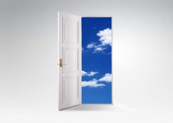 空中に白いドアが浮かんでみえる。開いたドアの向こうに白い雲の浮かんだ青空がみえる。
