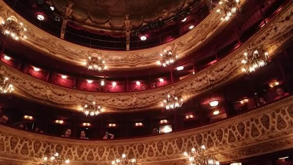 劇場内を下から撮影した写真。丸い劇場内の2階以上の歴史を感じさせる美しいバルコニーが見える。