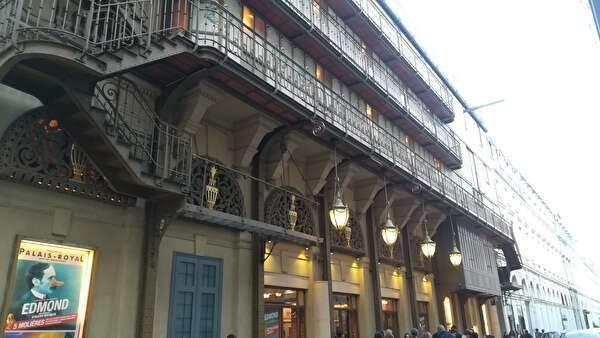 パレ・ロワイヤル劇場の建物の表の様子。美しいランプがいくつも天井から下がっている。