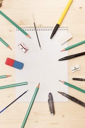 鉛筆やペン、消しゴムなど文房具がたくさんあり、放射線状に置かれている。