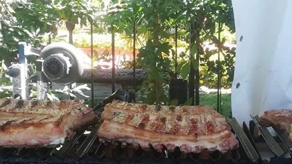 大きな豚のあばら肉がたくさん焼かれている。