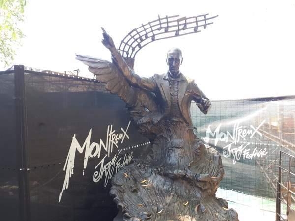 ストラビンスキーの銅像のそばにモントルージャズフェスティバルと書いてある。