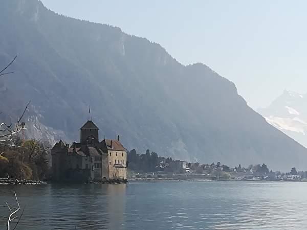 湖に突き出すように立つシオン城。