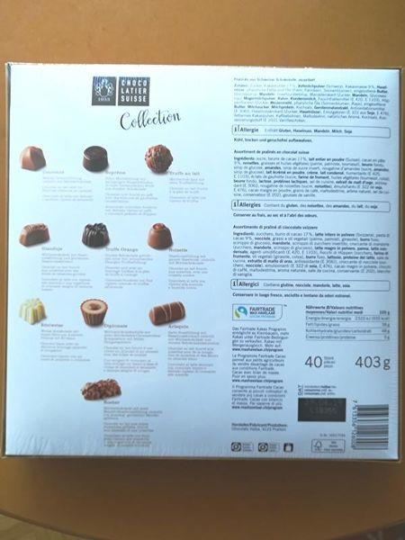 チェコレートの箱の裏。各チョコレートの写真の下にびっしり説明があるほか、右側にも原材料がびっしり印刷してある。