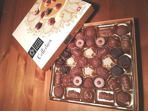 いろいろな種類の入ったチョコレートの箱