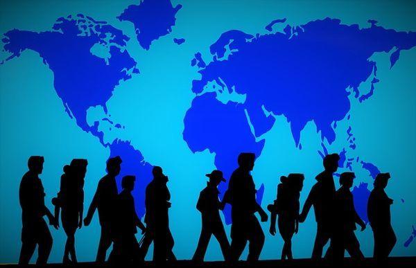 青い世界地図を背景に影絵のような難民の姿が浮き上がっている。