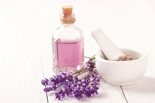 ラベンダーの花やアロマオイル用のボトル、オイルをまぜる器。