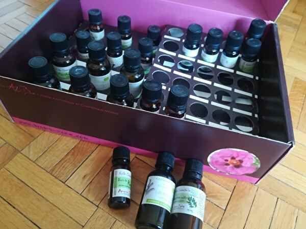 茶色のアロマオイルのボトルがたくさん箱に並べられている。