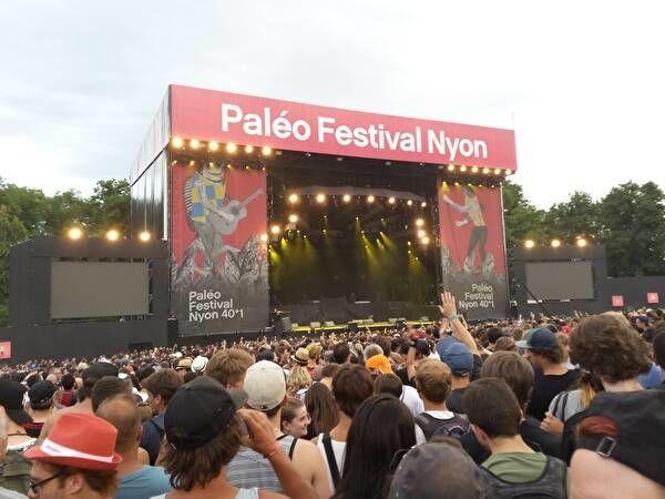 パレオフェスティバルのステージが奥に見える。手前にはたくさんの観客が音楽を楽しんでいる。