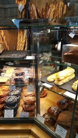 バゲットやデニッシュなどたくさんのパンが並んでいる。