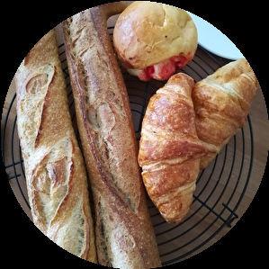 バゲット2本、クロワッサン2個、丸いパン1個。