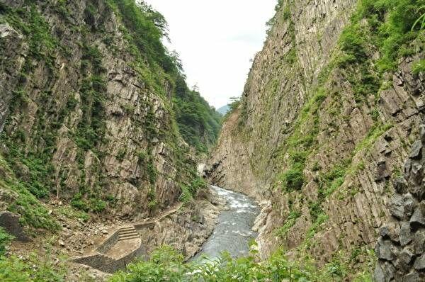 渓谷。真ん中の川の両側に高い崖が切り立っている。