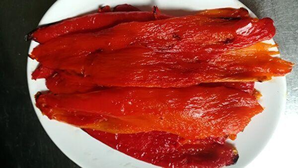 皮をはいだ赤パプリカが何枚も白い皿にのっている。