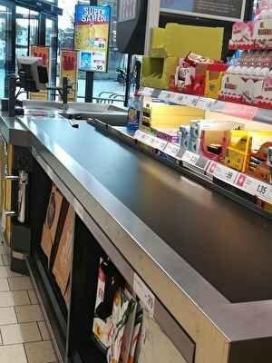 スイスのスーパーのレジの様子。商品をのせるベルトコンベアとその右側にアメやガムなど菓子が見える。