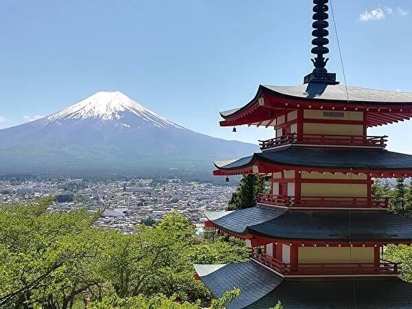 遠景に富士山をのぞみ手前右側には3重の塔が見える。