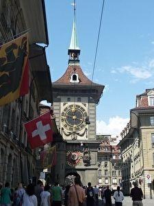 ベルン旧市街の観光名所の時計の塔。たくさんの観光客が集まっている。