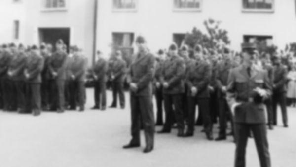 白黒の写真。兵士たちが整列している。