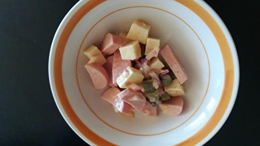 器にセルヴラののサラダが盛られている。