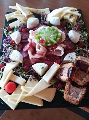 おつまみの盛り合わせ。何種類かのチーズやサラミ、ハム、パテなどがもってある。