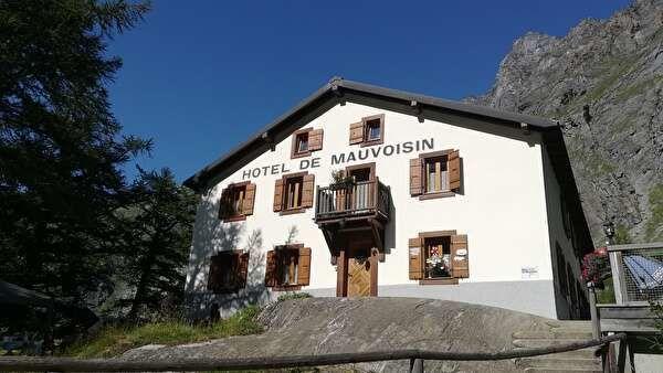 山を背景にたつホテル。
