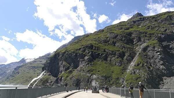 ダムの上に写真の大きなパネルが並んでいる。